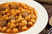 Beef with chickpeas, onions and herbs Turkish etli nohut — Stockfoto