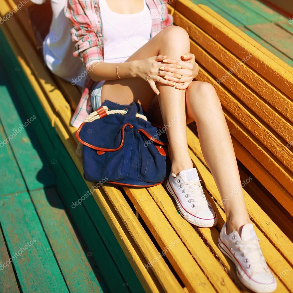 Mode hipster reposant dans la ville belle jambe de femme mince photo 52919661 - Photo jambe femme ...