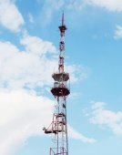 Tall telecommunication towers with antennas on blue sky — Stock Photo