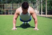 Sportsman push ups utomhus, fitness, träning, sport - konceptet — Stockfoto
