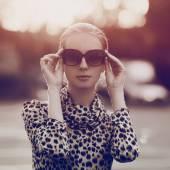 Mooie vrouw portret mode in zonnebril en jurk met leopa — Stockfoto