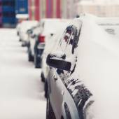 Winter parking, cars in the snow — ストック写真