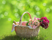 Romance, love and valentine's day concept - sweet basket with bo — Fotografia Stock