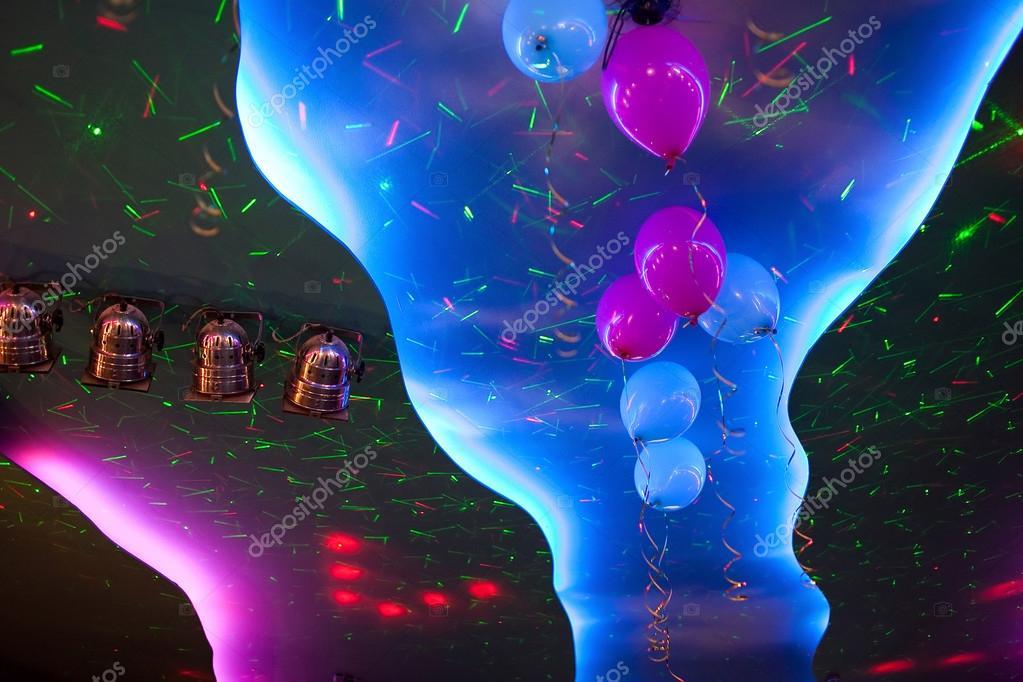 Techo iluminaci n focos coloridos con globos decorados ce for Imagenes de techos decorados