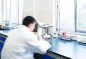 Researcher working in chemistry laboratory — Stock Photo