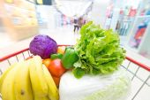 Shopping cart with fruits and Vegetables — 图库照片