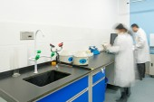 Researchers working in chemistry laboratory — Foto de Stock