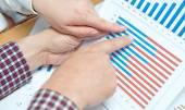 Obchodní lidé diskutovat o schémata a grafy — Stock fotografie