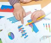 Çizelgeler ve grafikler tartışırken iş adamları — Stok fotoğraf