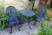 Cadeiras e uma mesa em um jardim — Foto Stock