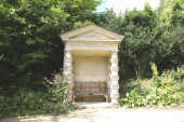 Doric seat, Painswick Rococo Gardens, Painswick, Gloucestershire, England — Stock Photo