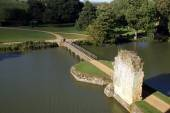 Bodiam castle bridge over a moat, Robertsbridge, East Sussex, England — Foto de Stock