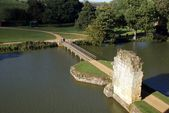 Bodiam castle bridge over a moat, Robertsbridge, East Sussex, England — Стоковое фото