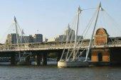 Hungerford Bridge or Charing Cross Bridge over River Thames, London, England — Stock Photo