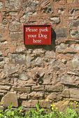 Prosím zaparkujte váš pes zde znamení. znamení. — Stock fotografie