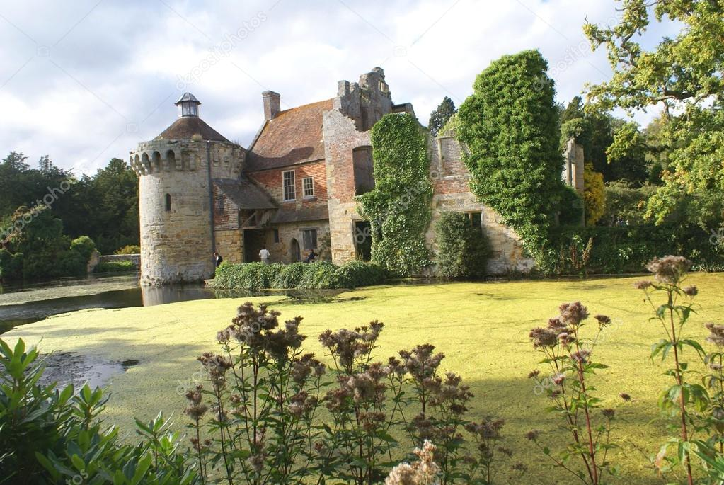 Ruinas del castillo con foso. Castillo de Scotney, sureste ...