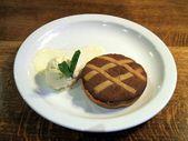 Бэйквэлл шоколадный торт. кафе-мороженое. терпкий. Бэйквэлл торт шоколад & мармелад — Стоковое фото