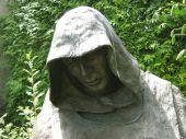 Staty av en munk som be — Stockfoto