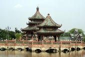 Pagoda on a bridge over a lake, Samut Prakan, Mueang Boran, Bangkok, Thailand — Foto Stock