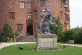 Statue, entrance, Powis Castle, Welshpool, Wales, England, UK — Stock Photo