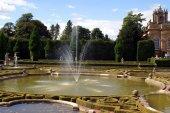 Fountain, garden, landmark, Oxfordshire, England — Stock Photo