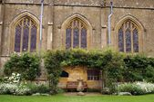 Sundial, bench, garden,  St Mary Church. Sudeley castle, Winchcombe, England — Stock Photo