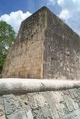 Ball court at the mayan ruins site of Chichen Itza, Mexico — Fotografia Stock
