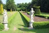 Statues, garden pathway, Cliveden, Buckinghamshire, England — Stock Photo