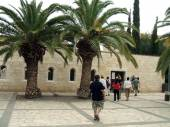 Entrance tourists visiting or entering the Church of the Multiplication, Tabgha, Israel — Stock Photo