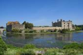 Moated castle with a gatehouse and a bridge. Leeds castle, Kent, England — Stock Photo