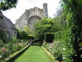 Garden, Malmesbury abbey, Malmesbury, Wiltshire, England — Stock Photo