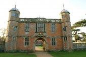 Decorative Tudor gatehouse — Stockfoto