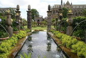 Timber fountain at Arundel castle garden in Arundel, West Sussex, England — Stock Photo