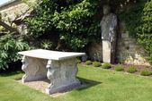 Sculptured table & statue at the Italian garden of Hever Castle in Hever, Edenbridge, Kent, England — Stok fotoğraf
