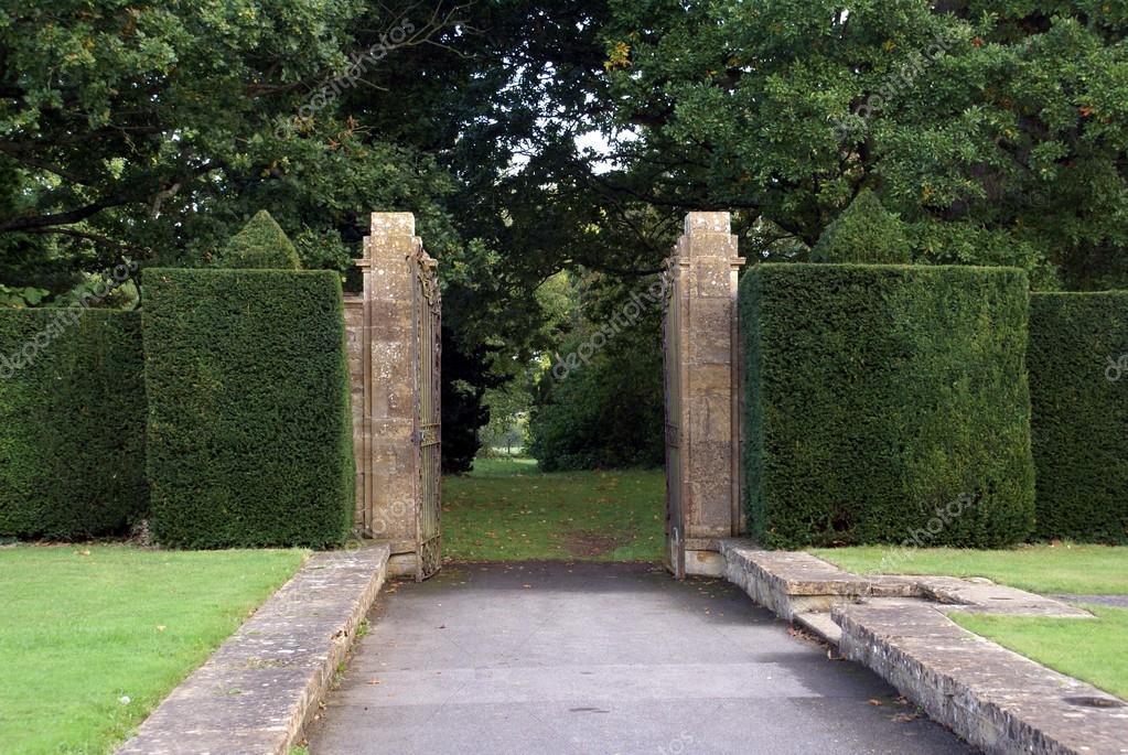 Abri la puerta del jard n y setos esculpidos fotos de for Cementerio parque jardin la puerta