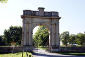 Arch. archway and gate — Stock Photo