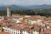 Townscape of Lucca with amphitheatre — Stock Photo