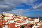 View across Alfama, Lisbon from Miradouro Santa Luzia — Stock fotografie