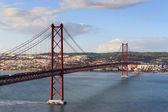 25 de Abril Bridge and Lisbon cityscape — 图库照片