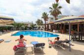 Vacationers relaxing at the pool in Rhodes, Greece — Stock Photo