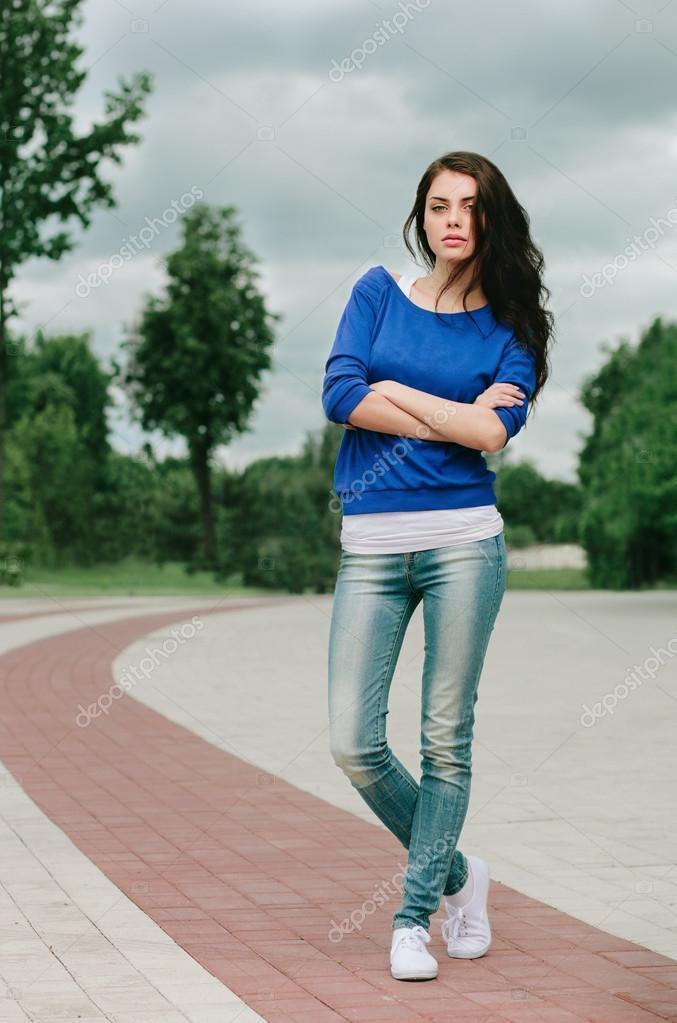 брюнетка в джинсах фото