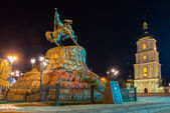 Monument to hetman of Ukraine Bogdan Khmelnitsky and Saint Sophia Cathedral on Sofia square in Kiev at night. — Stock Photo
