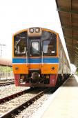 Поезд на станции в Таиланде — Стоковое фото