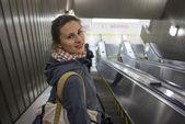 Kadın yürüyen merdiven üzerinde — Stok fotoğraf