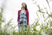Mujer en el campo — Foto de Stock