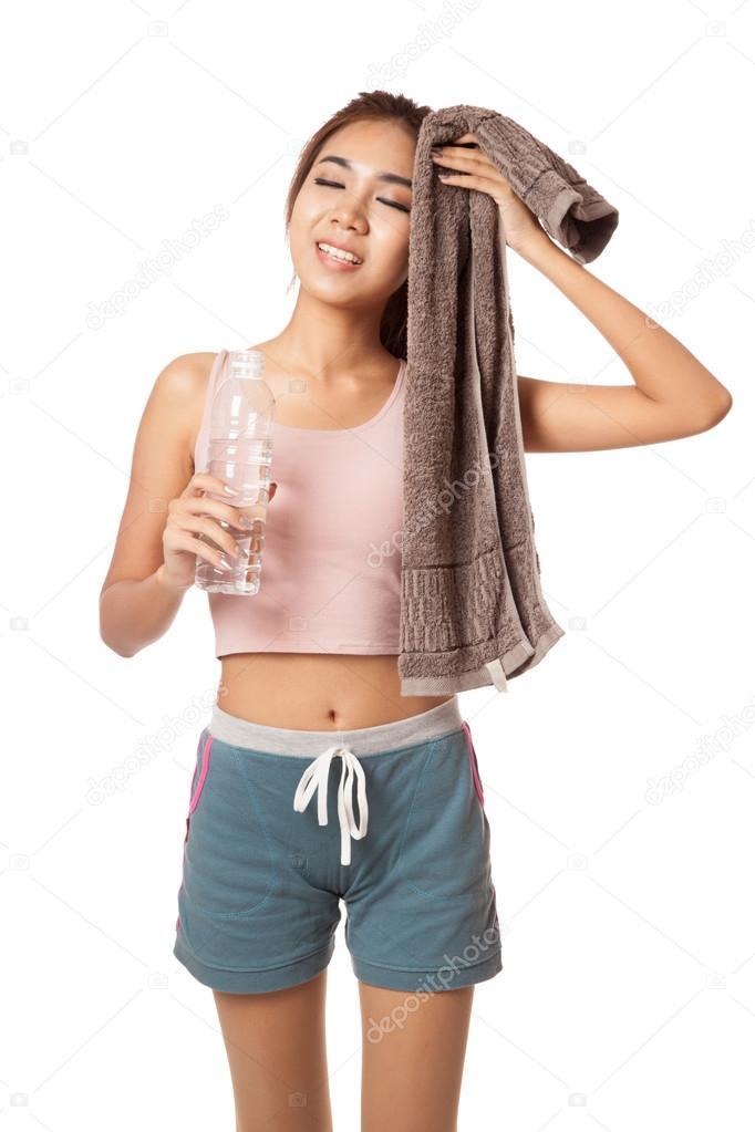 m de training asiatische m dchen mit flasche wasser und handtuch stockfoto 54419387. Black Bedroom Furniture Sets. Home Design Ideas