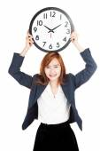 Asian businesswoman hold a clock over head — Zdjęcie stockowe
