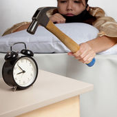 Asian girl  hit alarm clock with hammer — Stock fotografie