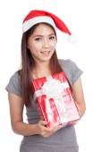 Asian girl with santa hat hold gift box — Foto de Stock