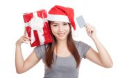 Asian girl with santa hat hold gift box show a card — Stock Photo
